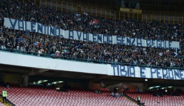 Spanduk Fans Napoli mendukung Valentino Rossi